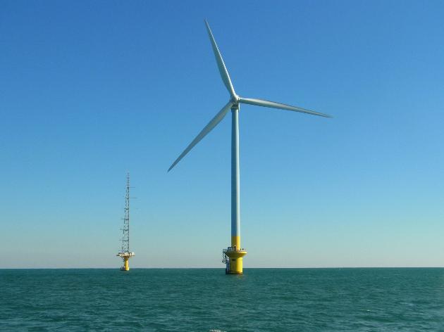 千葉県銚子沖にある洋上風力発電の写真です。